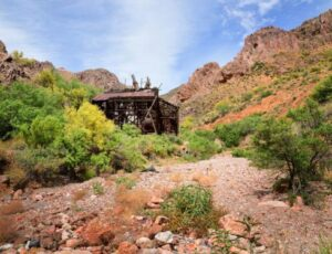 Exploirng and Hiking the Martinez Mine in Martinez Canyon